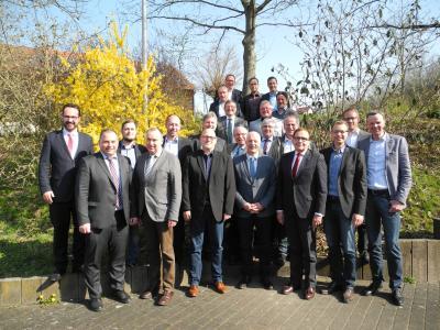 Die Bürgermeister der HSGB-Kreisgruppe Schwalm-Eder mit dem geschäftsführenden Direktor Karl-Christian Schelzke (vorne, dritter von rechts) und Rainer Kesper, Leiter Arbeitsagentur Schwalm-Eder-Kreis (vorne, vierter von links)