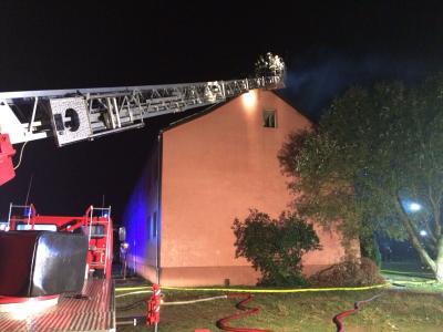 Vorschaubild zur Meldung: B:Gebäude groß - Dachstuhl-/Wohnungsbrand im Wohnblock Blumenthal