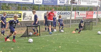 """Foto zur Meldung: HSV-Fußball-Kids lieben """"Dino"""" auch mit Pflaster"""