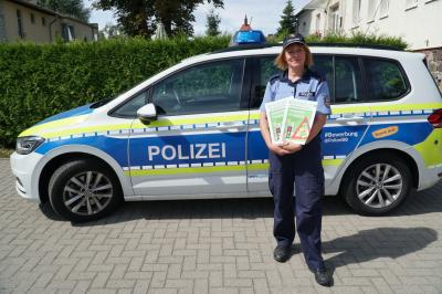 """Foto zu Meldung: Pritzwalker Schulanfänger besuchen die """"Busschule"""" mit Malbuch"""