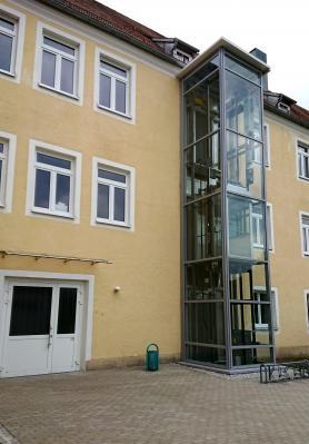 Aufzug hinter dem Rathaus/Verwaltungsgebäude, Bahnhofstraße 11