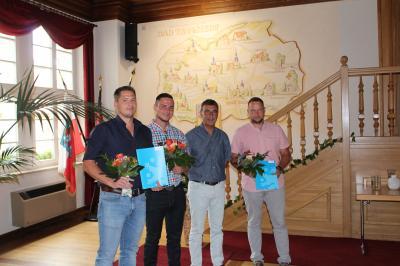 Foto zur Meldung: Zeugnisausgabe und Begrüßung des neuen Auszubildenden im Rathaus Bad Tennstedt
