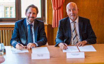 Die Bürgermeister Peter Unkel und Thomas Bungert setzten ihre Unterschrift unter die ausgehandelte Fusionsvereinbarung.