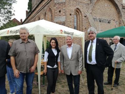 Ortsvorsteher Ralf Albrecht, Amtsdirektorin Ilka Lenke, Joachim Gauck, Superintendent Thomas Tutzschke (v.l.)