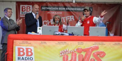 Ministerpräsident Dietmar Woidke und Bürgermeister Oliver Hermann auf der Bühne von BB Radio. I Foto: Christiane Schomaker