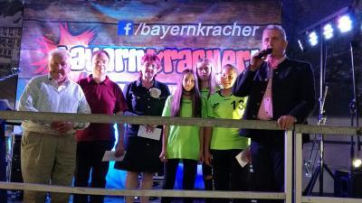 Die Handball-Mädchen beim Empfang des Preisgeldes