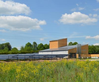 Heizzentrale für das Nahwärmenetz und Solarthermie in Hallerndof
