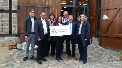 Foto zur Meldung: Paretz ist neues Mitglied in der AG - Minister Vogelsänger gratuliert vor Ort