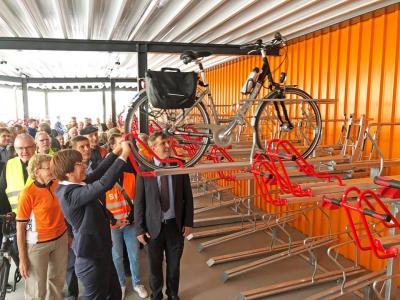 Infrastrukturministerin Kathrin Schneider und Bürgermeister Alexander Laesicke demonstrieren das »Doppelstockparksystem« im neuen Oranienburger Fahrradparkhaus am Bahnhof.