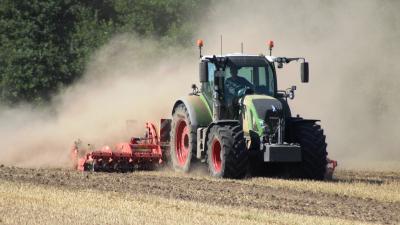 Die Traktoren begleiten bei der gegenwärtigen Bodenbearbeitung gewaltige Staubwolken, hier in der Flur Frauwalde