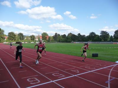 Lisa Zirbus (LG Osterode) beim 100 m -Zieleinlauf