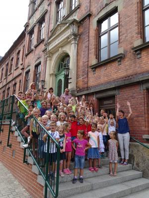 Am ersten Schultag wurde die neu errichtete Treppe zum Haupteingang übergeben.