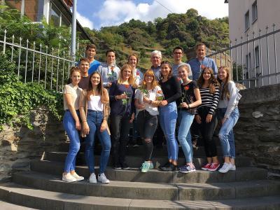 Gruppenfoto der alten und neuen Schülervertretung zusammen mit Schulleiter Thomas Guckenbiehl und den Verbindungslehrern Frau Zils und Herr Zorn