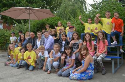 Foto zur Meldung: Hort der Diesterweg-Grundschule erhält neue Sitzbänke – Großes Dankeschön geht an die Sponsoren E.DIS Netz GmbH und Firma Martin Lahn