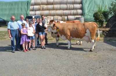 Foto zeigt von links: Erhard Handke, Präsident des hessischen Bauernverbands Karsten Schmal sowie Familie Handke-Hohmann.