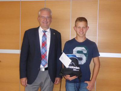 Foto zeigt Bürgermeister Andreas Weiher mit Robin Kistner