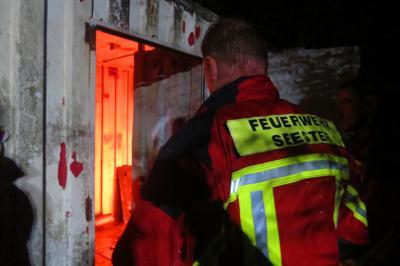 Vorschaubild zur Meldung: Atemschutzgeräteträger üben im Brandcontainer