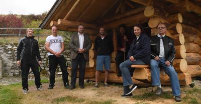 """Bürgermeister Holger Obst, Bildmitte, sowie """"Max"""" Müller im Hütteneingang, gemeinsam mit Mitgliedern des Ortsteilrates und der FFW Leimrieth (Bild: frankphoto)"""
