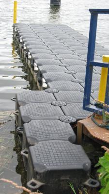 Foto zur Meldung: Weserschleuse Dörverden: Schwimmsteg hilft Kanuten beim Ausstieg