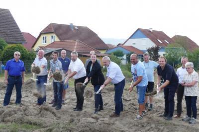 Erster Spatenstich mit Bürgermeister Holger Obst (5.v.l.), MdL Kristin Floßmann (7.v.l.), Bauamtsleiter Olaf Schulz (8.v.l.), Geschäftsführer HBG Kai Schubert (3.v.r.) sowie Stadträtinnen und Stadträten)