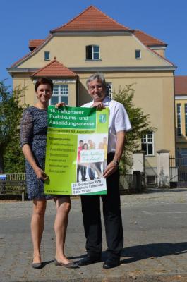 Wirtschaftsförderin Babett Ullrich und Bürgermeister Heiko Müller präsentieren das Plakat zur Messe und freuen sich auf viele Besucherinnen und Besucher der 15. Falkenseer Traditionsmesse.
