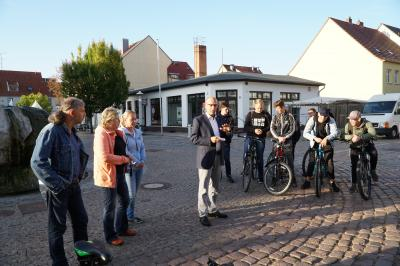Der Pritzwalker Bürgermeister Dr. Ronald Thiel verabschiedete die Teilnehmer der Radtour zur Gedenkstätte Belower Wald auf dem Markt. Foto: Andreas König/Stadt Pritzwalk