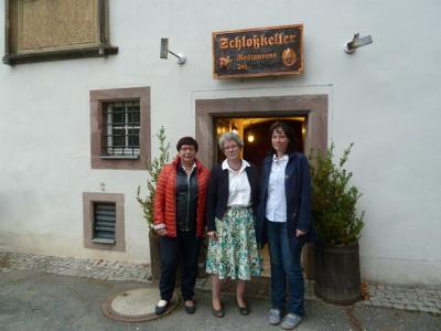 Frau Ministerin Anne-Marie Keding, Frau Angela Gorr, MdL  und Ortsbürgermeisterin Katja Andersch erwarten die Frauen aus Harzgerode vor dem Schlosskeller