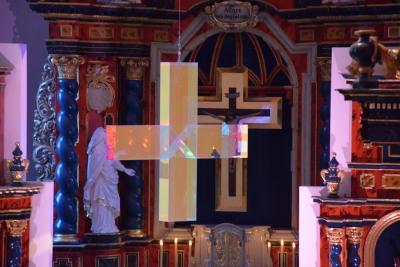 Lichtkreuz von Ludger Hinse in der Wallfahrtskirche am Volkersberg
