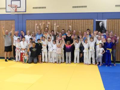 Foto zur Meldung: Was für ein toller Tag! Eltern-Kind-Judo - reloaded mit Grillparty & Mattenreinigung