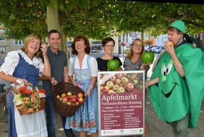 Vertreter der Biosphäre, der Stadtverwaltung und des WIR versprühen Vorfreude auf den Apfelmarkt am 7. Oktober.I Foto: Christiane Schomaker