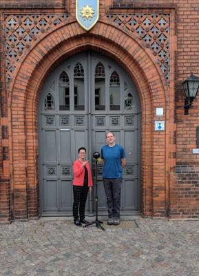 Brandon Ernst, 2018 | Bürgermeisterin Annett Jura mit Herrn Ernst und seiner 360-Grad-Technik vor dem Eingang des Perleberger Rathauses