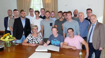 Foto zur Meldung: Die erste Mannschaft des HSC trägt sich ins Goldene Buch der Gemeinde Holzwickede ein