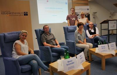 Die Referenten freuten sich über die rege Teilnahme. Von links: Maren Schneider (Praxisanleitung Seniorenzentrum Uhrturm, Ralf Esper (ltd. MTRA im Krankenhaus Dierdorf/Selters), Moritz Joos (stehend, Auszubildender Gesundheits- und Krankenpfleger), Renate Michel (Lehrerin Bildungswerkstadt Limburg), Sabine Schmalebach (stehend, Pflegedirektorin Krankenhaus), Thomas Schulz (Geschäftsführer Krankenhaus).