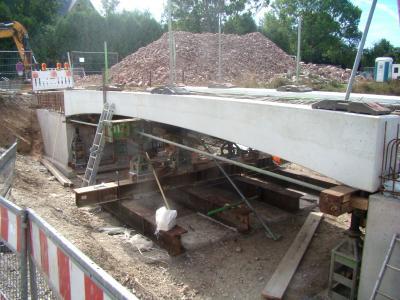 Brückenbau - Punktgenau schwebt das Brückenteil herab und wird genau eingesetzt.