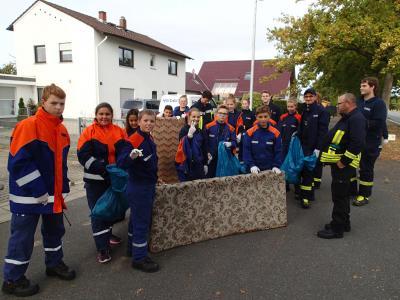 Die Jugendfeuerwehr durchkämmte den Seichböhl nach Müll und Unrat