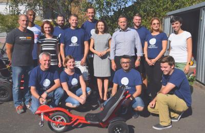 Beschäftigte der NORMA Group mit Maintaler Bürgermeisterin Monika Böttcher (Mitte) sowie Vertretern des Jugendclubs und der Stadt Maintal. Foto: NORMA Group