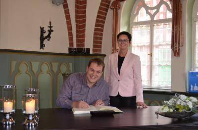 Stadt Perleberg, 2018 | Sandro Kalahs bei der Eintraungs ins Ehrebuch, daneben Perlebergs Bürgermeisterin Annett Jura