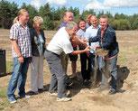 Foto zur Meldung: Spatenstich für den Bau unseres Naturrasenplatzes.