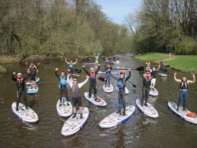 Foto zur Meldung: Niedersachsens erste SUP-Fortbildung für Sportlehrer beim Bootsclub Nordhorn 13 Lehrer wollen Schüler aufs Board bringen
