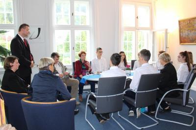 Gesprächsrunde im Dienstzimmer des Bürgermeisters