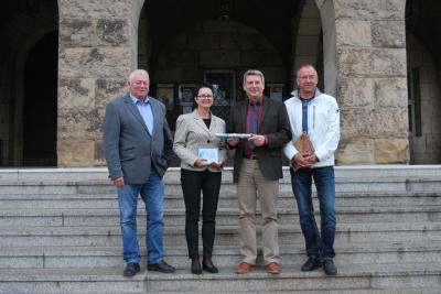 Wittenberge hat jetzt für ein Jahr die Geschäftsführung im RWK inne. Bürgermeister Dr. Oliver Hermann (2.v.r) übernimmt symbolisch den Staffelstab von seiner Perleberger Kollegin Annett Jura. Mit dabei: Udo Staeck, Bürgermeister der Mitgliedskommune Karstädt (l.), und Torsten Diehn für die Wirtschaftsinitiative Westprignitz (WIW), die ebenfalls Mitglied des RWK ist.