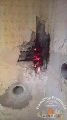 Foto zur Meldung: Schwelbrandd in einem Fachwerkhaus in Neuglobsow
