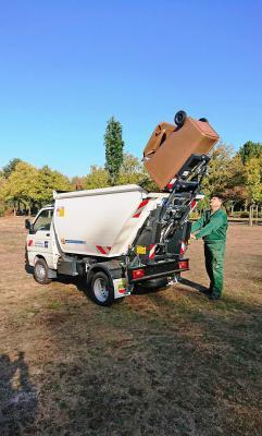 Müllentsorgung neu organisiert: Auf den Maintaler Friedhöfen ist ein neues Fahrzeug im Einsatz. Auch die sperrigen Gitterkörbe wurden durch handelsübliche Mülltonnen ersetzt.
