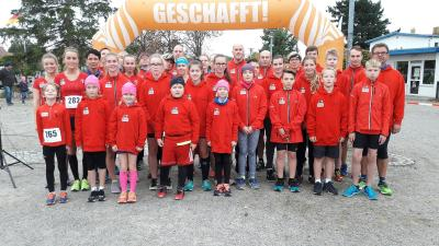 Foto zur Meldung: Laufgruppenkinder mit coolen Hoddies überrascht