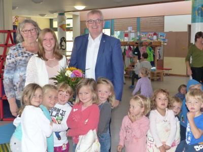 Im Bild von links: KiTa-Leiterin Ulrike Brand, Elisa Igna, 1. Bürgermeister Ewald Vögler und einige Kinder