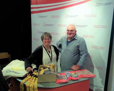 Bildungsbeauftragte Ludmila Schmidt und Sportwart David Siebert am Infostand des GSN