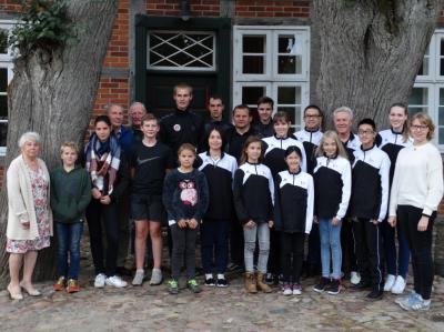 Die erfolgreichen Sportler und Sportlerinnen mit ihren Trainern und der Ausschussvorsitzenden Karin Einhoff.