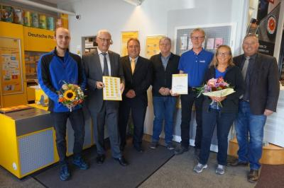 Bild von links: Fabian Drechsel, Helmut Muhr, Roland Löhner, Karlheinz Schrögel, Michael  und Ursula Schwenka und Erster Bürgermeister Stefan Busch