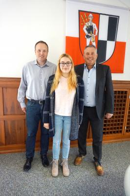 Bild von links: Hauptamtsleiter Ulrich Kraus, Theresa Böhm und Erster Bürgermeister Stefan Busch