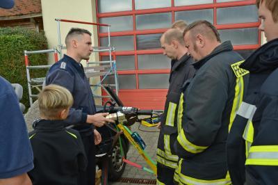 Foto zur Meldung: Feuerwehr Falkenhagen erhält neues Rettungsgerät zum 105. Geburtstag